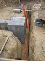 základ komínu a vykopaná drenážní jáma, která posloužila i k položení přípojek