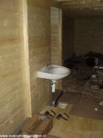 umyvadlo v budoucí koupelně, stěny budou dodělávány postupně v průběhu zimy