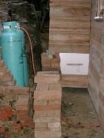 venkovní vybírání kbelíků ze záchodu a LPG lahve pro vaření