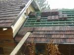 pokládka staré krytiny na latě, kterou jsme získaly jen za odvoz, vyjde na polovinu všech střech