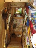 schodiště s knihovnou