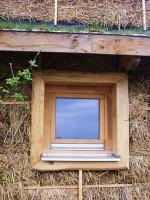okna jsou orámována obroušenými krajinkami určenými původně na topení