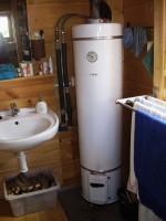 na ohřev vody jsme použily lázeňká kamna s tlakovou nádrží Embra