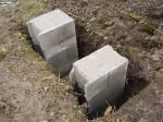 jsou postaveny ze samobednících bloků a vylity betonem bez armování