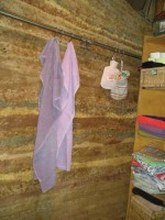 Vlhkost patrná na stěně ztmavnutím některých součástí je vlhkost vzdušná, kterou stěna absorbovala